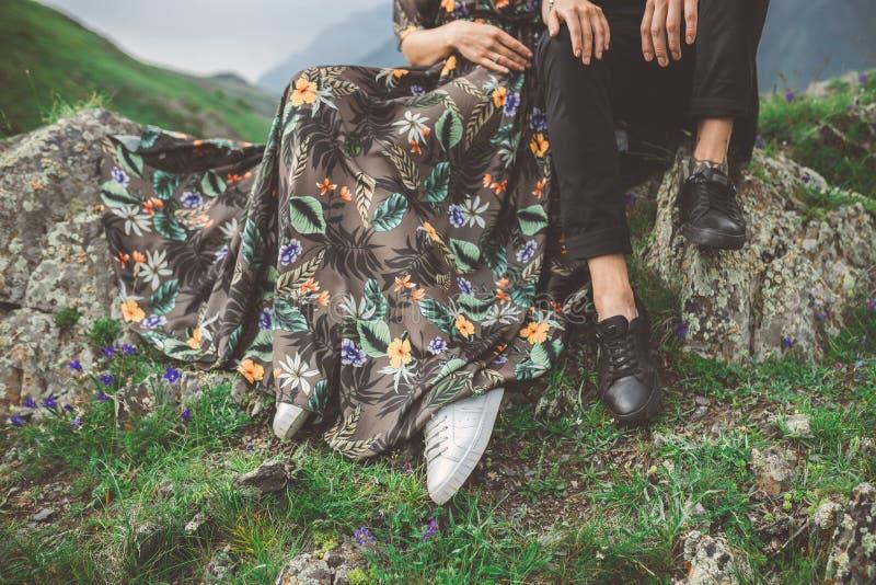 结合在爱坐在山的岩石 库存图片