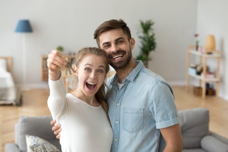 结合在站立在客厅的爱在新房 免版税库存图片