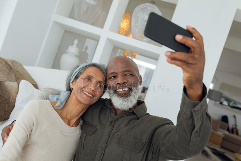 结合拍与智能手机的一张照片在屋子里面 免版税图库摄影