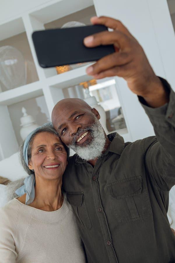 结合拍与智能手机的一张照片在屋子里面 免版税库存图片