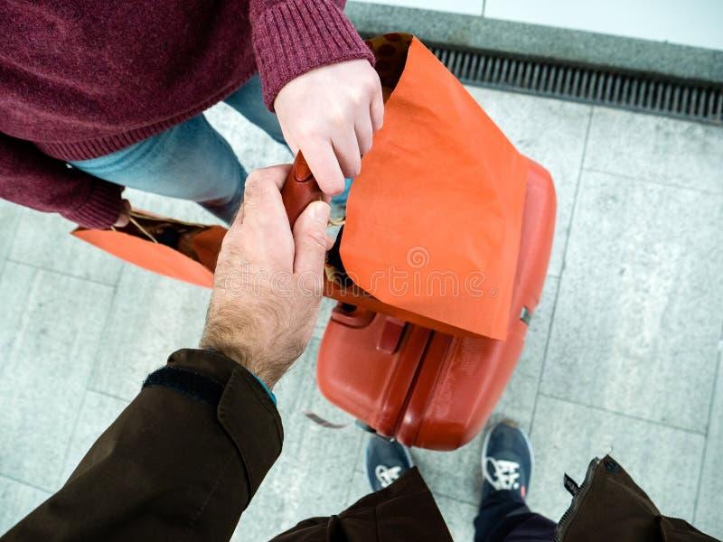 结合拿着在平台的红色行李 免版税库存图片