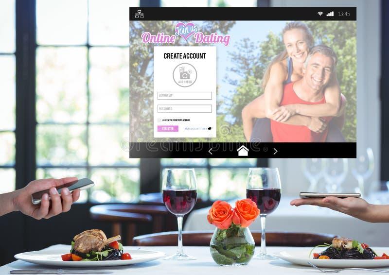 结合拿着有约会的App接口和浪漫晚餐电话 免版税库存照片