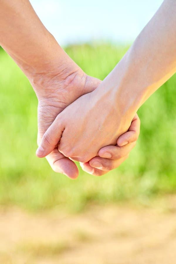 结合握手和走在晴朗的夏天天气 库存照片