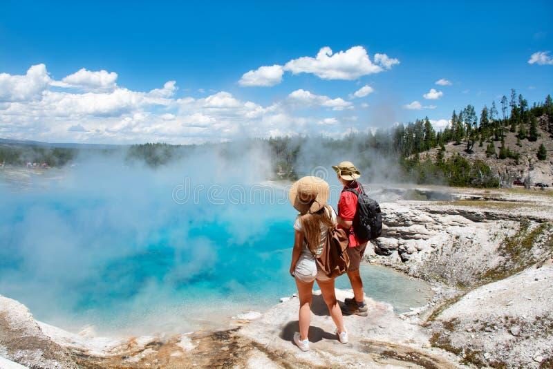 结合放松和享受凝视的人美丽的景色在度假远足旅行的 免版税库存图片