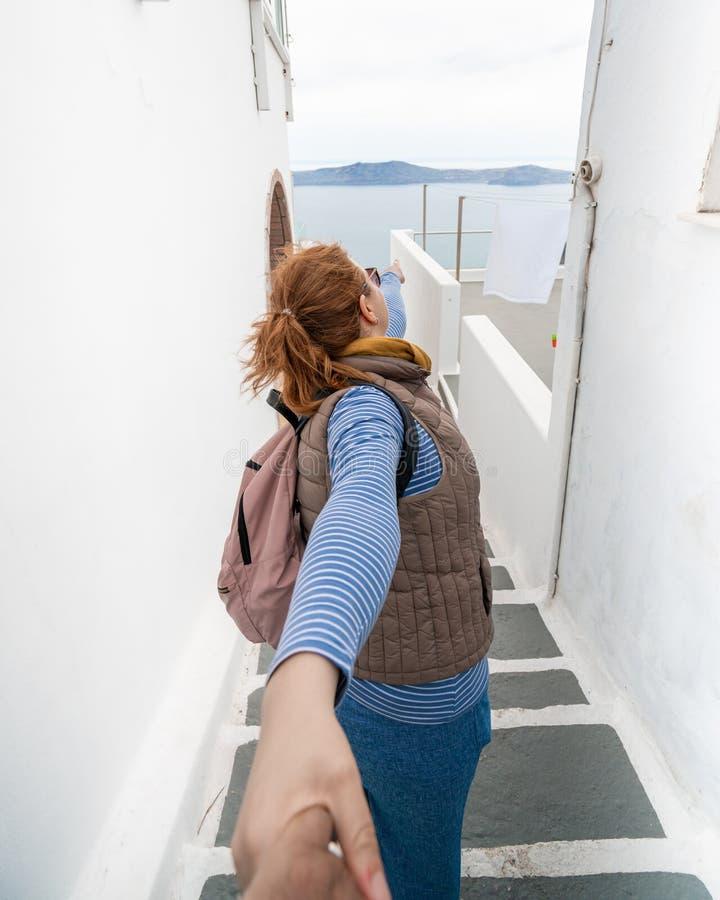 结合旅行 妇女有人和带路的藏品手新的地方 免版税库存照片