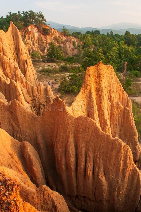 结合游人在古老风景风景在日落 圣地声浪Na Noi站点显示被腐蚀的砂岩美丽如画的风景  免版税库存图片
