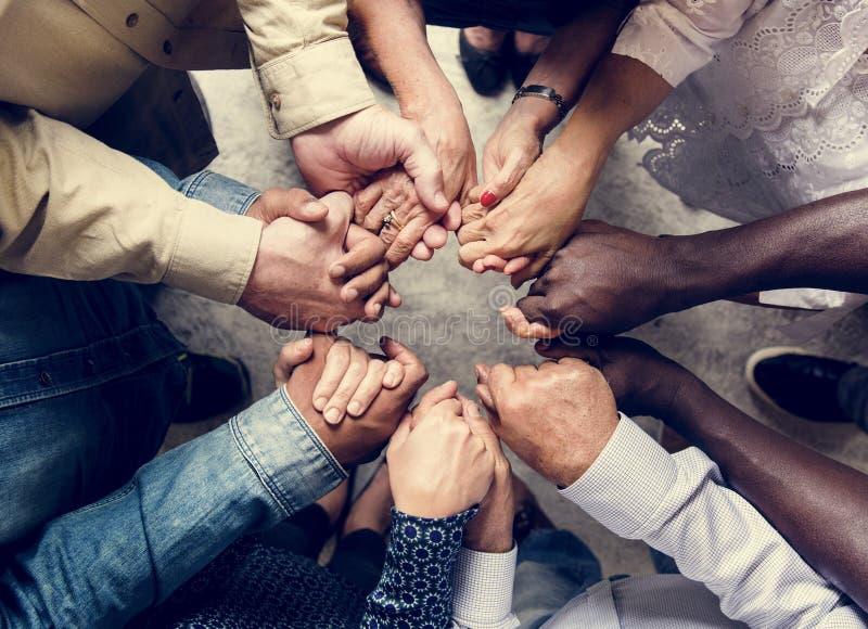 结合的小组不同的手支持一体配合鸟瞰图 图库摄影