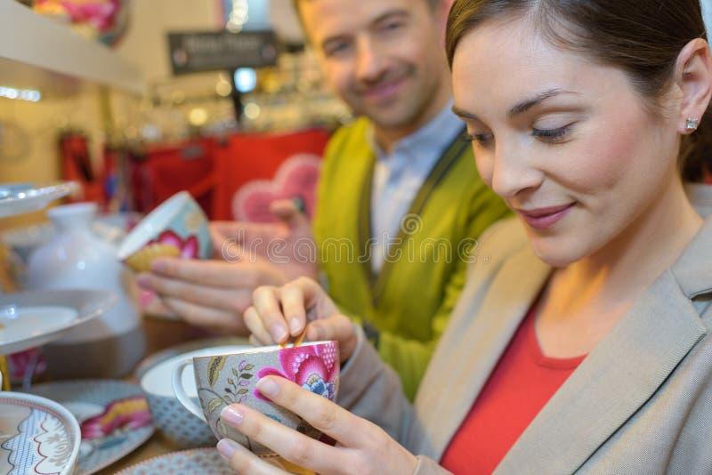 结合看在购物中心的购物显示的项目 免版税图库摄影