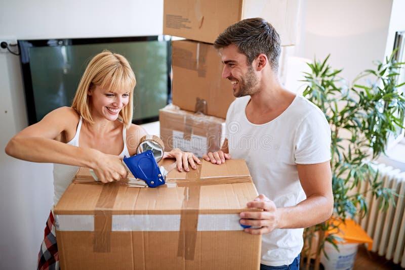 结合移动对新的公寓并且打开箱子 免版税图库摄影