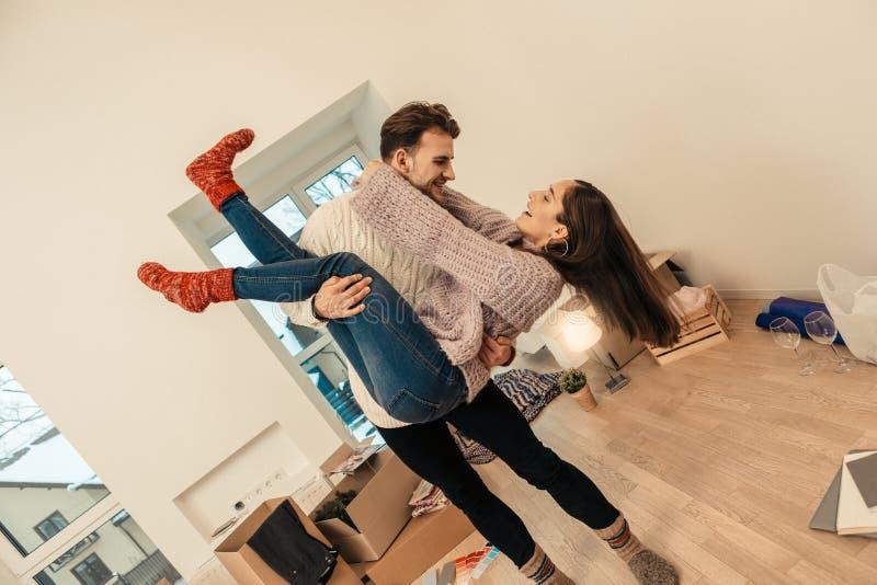 结合跳舞和获得乐趣,当庆祝移动时 库存图片