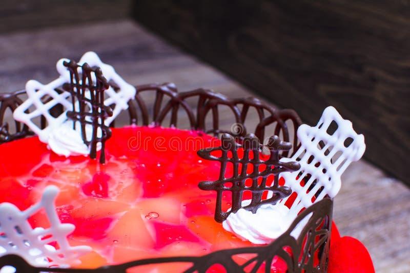 结块与红色果冻和装饰用巧克力 免版税库存图片