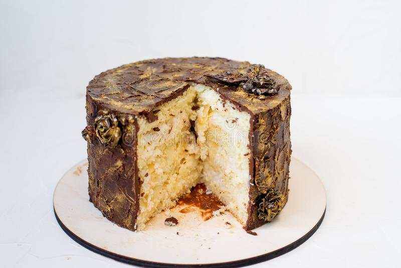 结块在白色背景,削减巧克力蛋糕片断  库存照片
