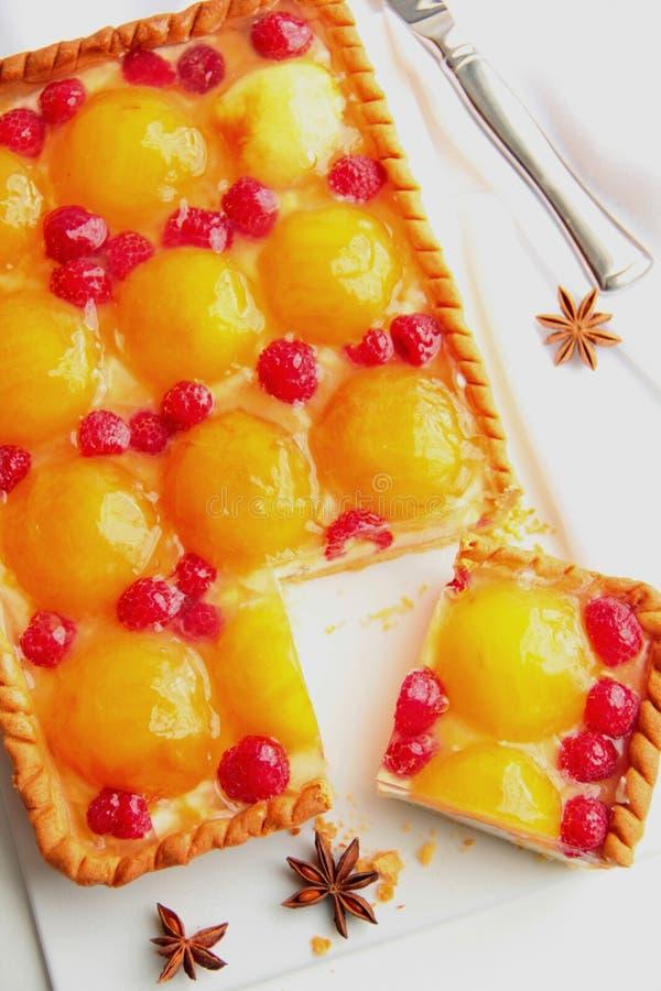 结块用桃子,莓和乳脂干酪。 免版税库存照片