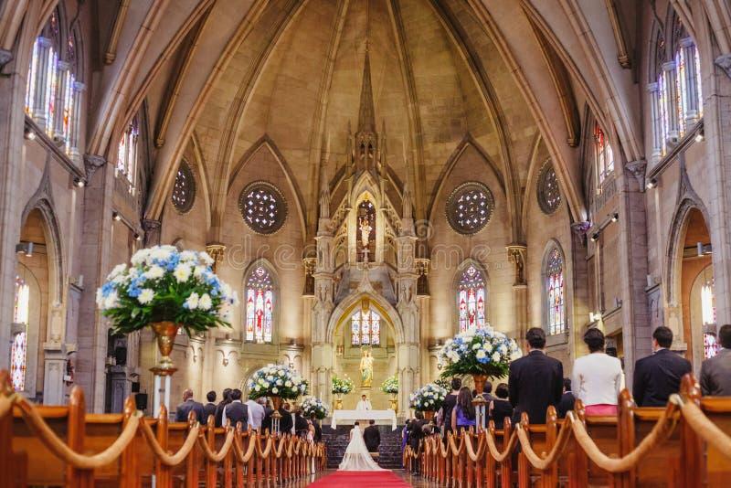 结婚在一个美丽的哥特式教会里的夫妇 库存图片