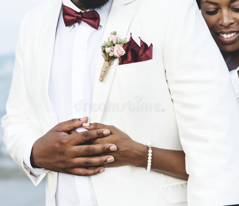 结婚在海岛的非裔美国人的夫妇 库存照片