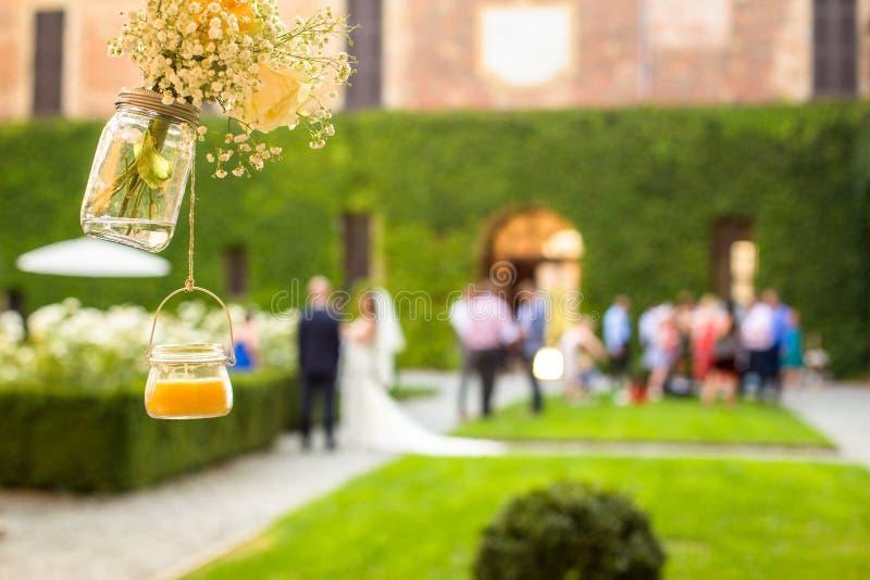 结婚宴会室外在庭院里 免版税库存图片