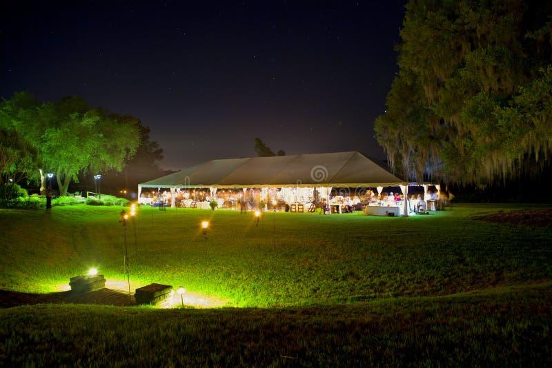 结婚宴会帐篷在晚上 库存图片