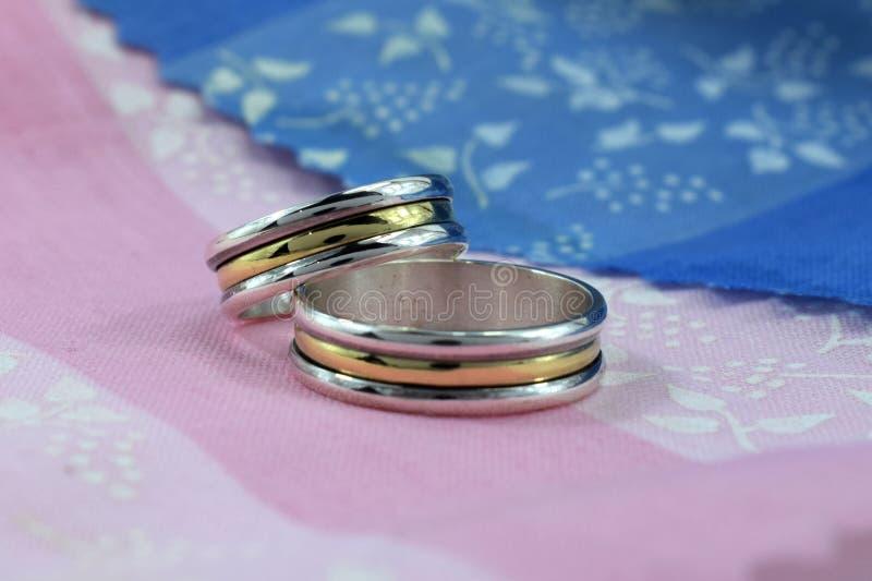 结婚戒指、爱的标志和幸福 图库摄影