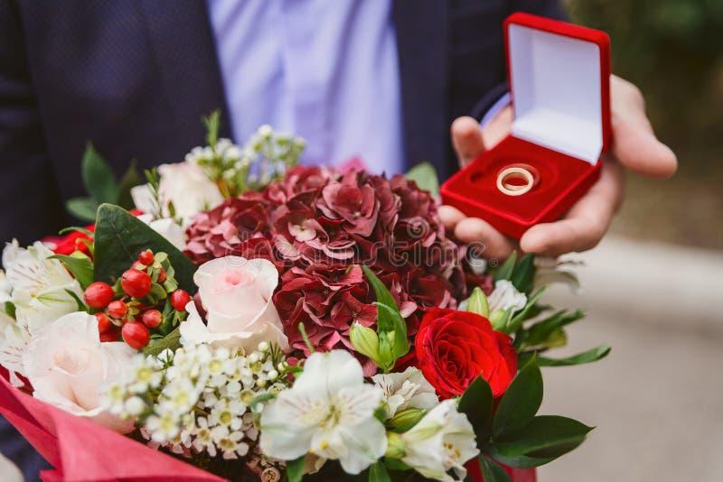 结婚戒指和花束 库存图片