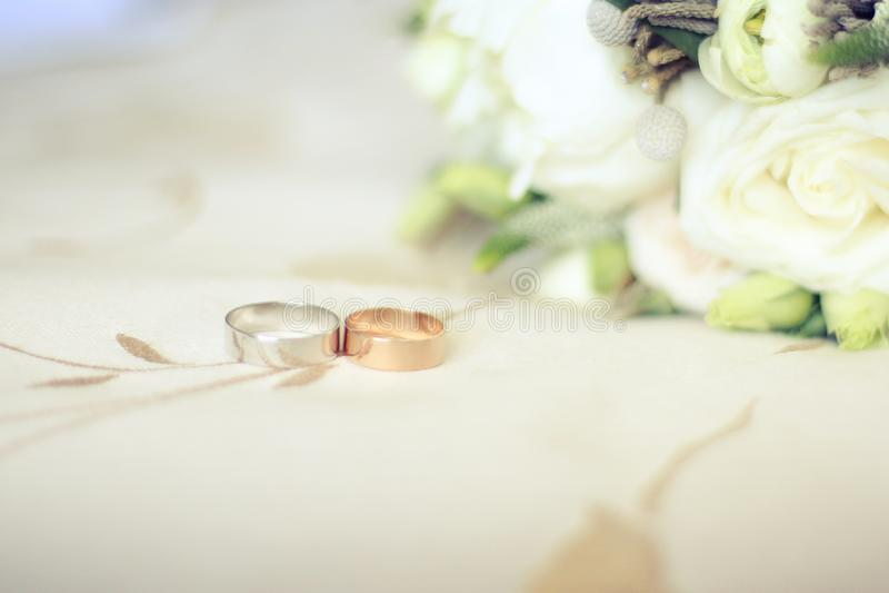 结婚戒指在纹理背景详述 库存图片