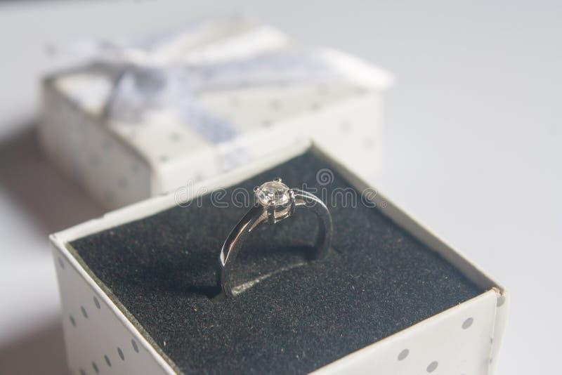 结婚戒指,在木背景 免版税图库摄影