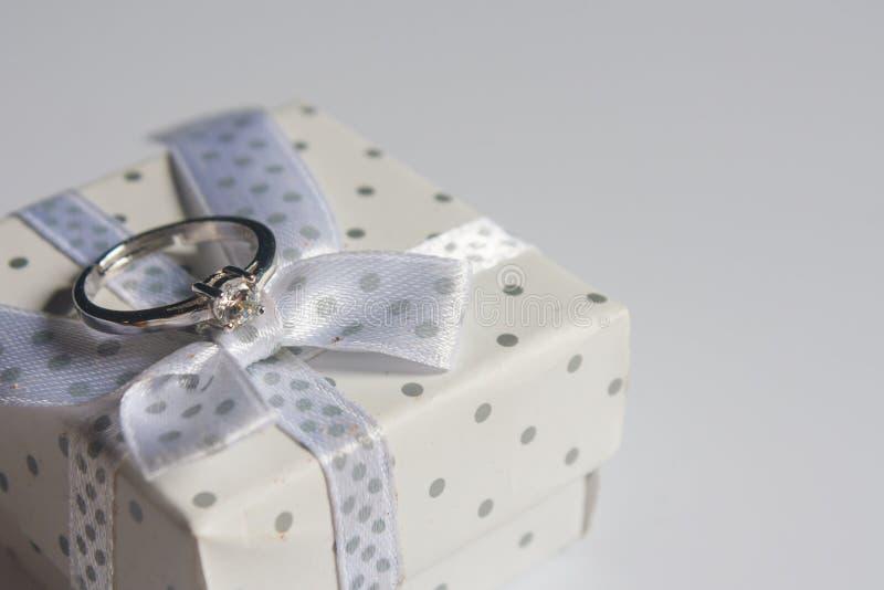 结婚戒指,在木背景 免版税库存照片