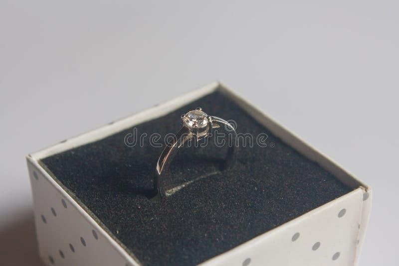 结婚戒指,在木背景 图库摄影