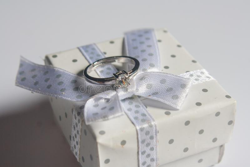 结婚戒指,在木背景 库存照片