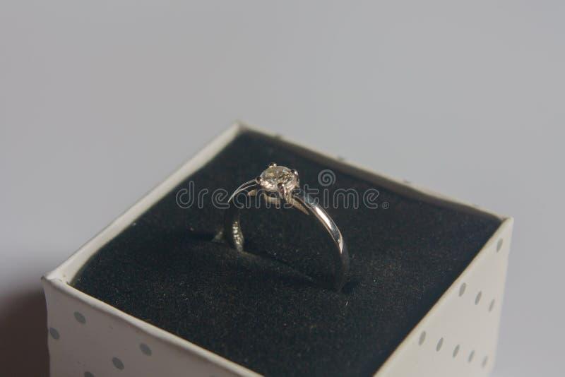结婚戒指,在木背景 库存图片