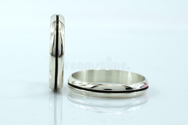 结婚戒指,爱的标志和幸福,在白色背景 免版税库存照片