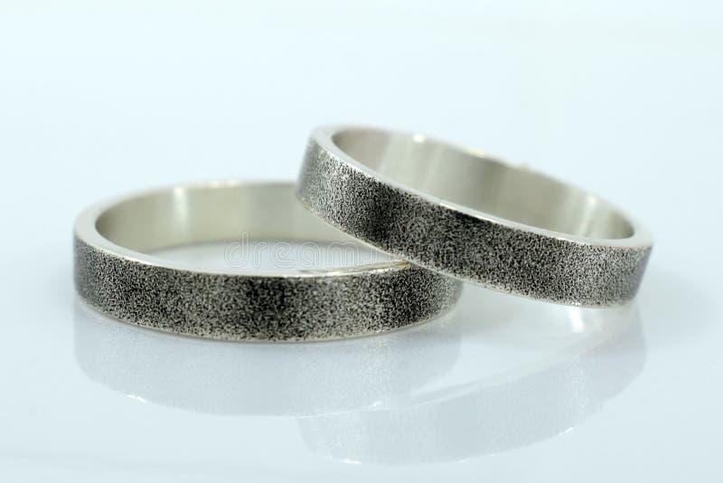 结婚戒指,爱的标志和幸福,在白色背景 库存照片