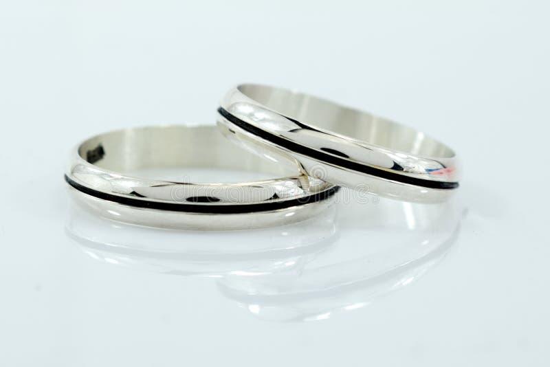结婚戒指,爱的标志和幸福,在白色背景 免版税库存图片