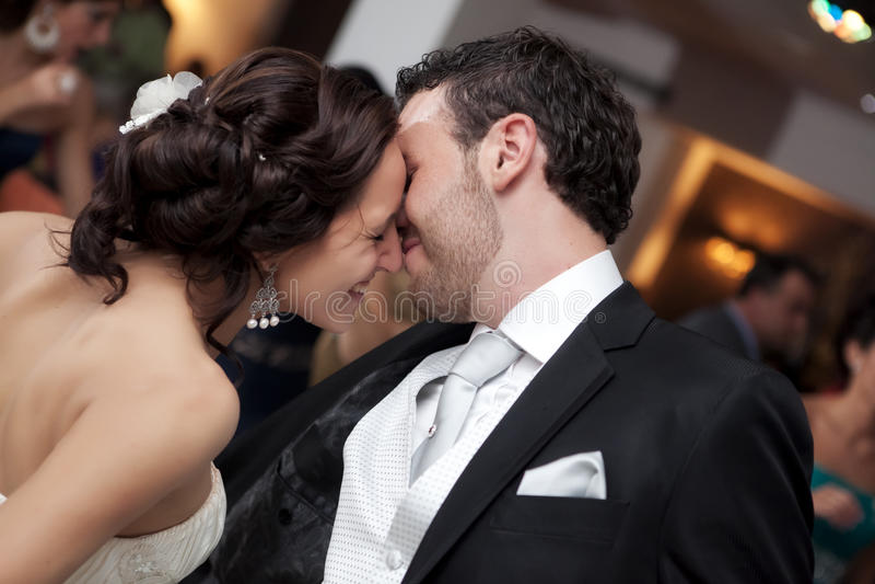 结婚的夫妇跳舞 免版税库存照片