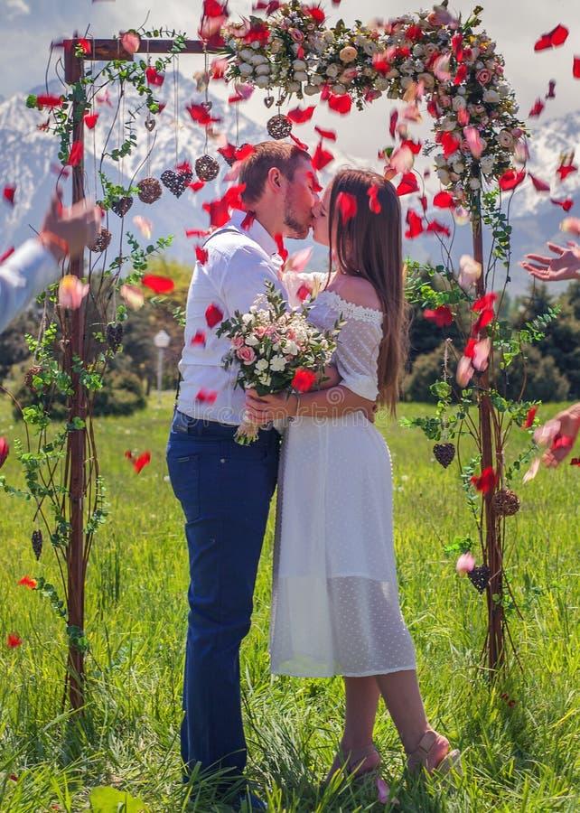 结婚的婚礼夫妇,在新西兰得到婚姻 免版税库存图片