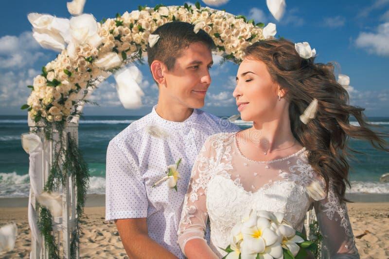 结婚的婚礼夫妇 免版税库存图片