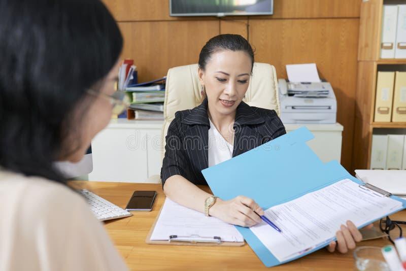 结束与客户的业务顾问一个成交 免版税图库摄影