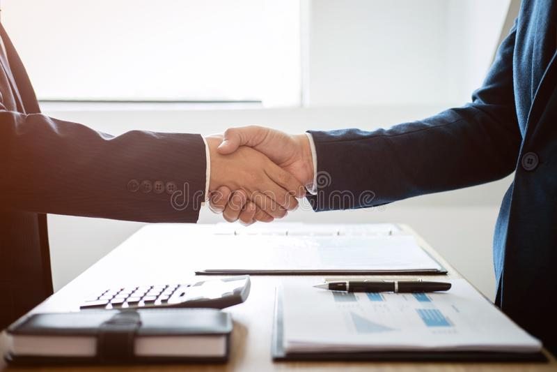 结束会议,两个愉快的商人a握手  库存照片