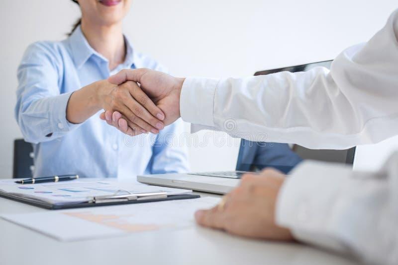 结束会议,企业握手在谈论签署协议和成为的好成交以后换商务伙伴, 免版税库存图片