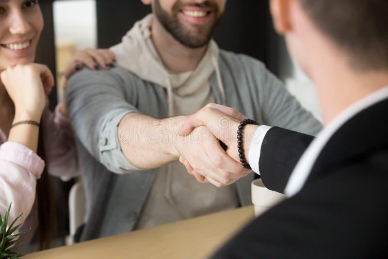 结束成功的成交的满意的夫妇握手地产商 免版税库存图片