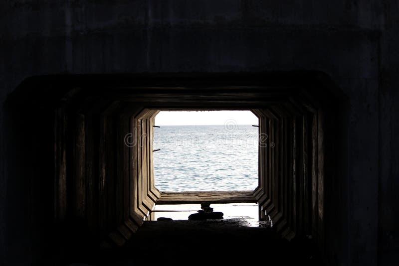 结束轻的隧道 混凝土板技术隧道通过在与通入的铁路下对 免版税图库摄影