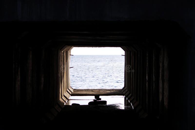 结束轻的隧道 混凝土板技术隧道通过在与通入的铁路下对 免版税库存照片