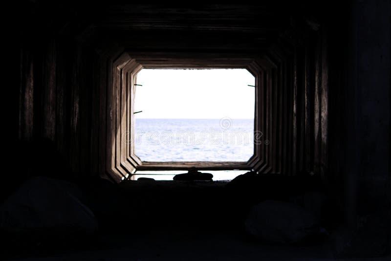 结束轻的隧道 混凝土板技术隧道通过在与通入的铁路下对 图库摄影