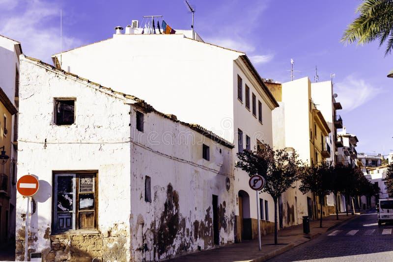 结构五颜六色的granadella回家javea la地中海最近的西班牙xavia Xavia或Javea老镇的舒适街道  免版税库存照片