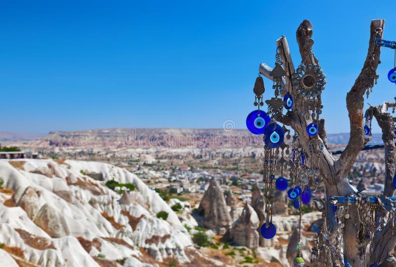 结构树和凶眼护身符在Cappadocia土耳其 免版税图库摄影