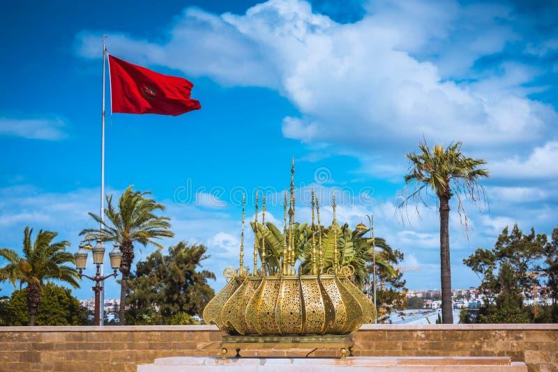 结构装饰金黄哈桑伊斯兰摩洛哥回教拉巴特宗教浏览 与摩洛哥旗子的传统金黄装饰 库存照片