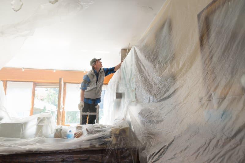 绘一个用装备的房子的内部的房屋油漆工 免版税库存照片