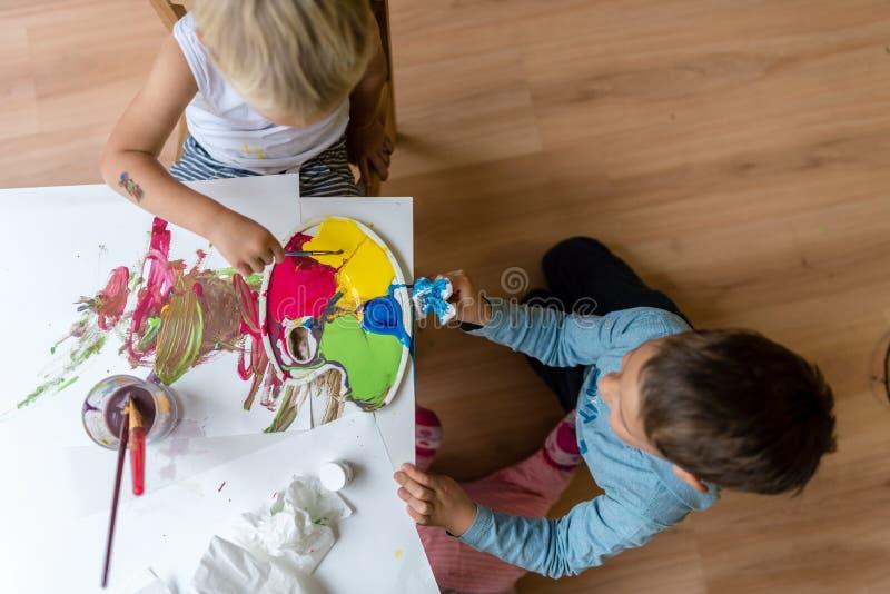 绘与五颜六色的油漆的两个兄弟 库存图片