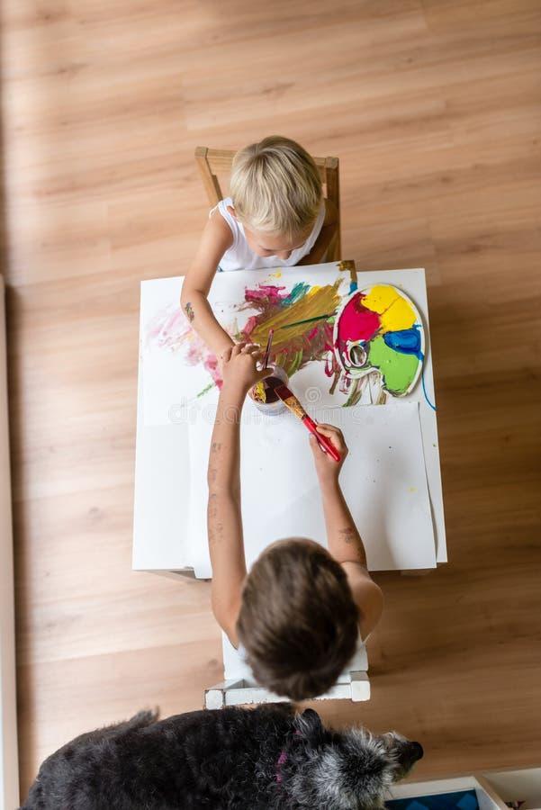 绘与水彩的孩子鸟瞰图浸洗brus 免版税库存图片