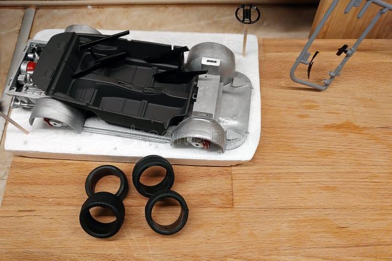 绘和装配比例模型玩具汽车的黑内部 免版税图库摄影
