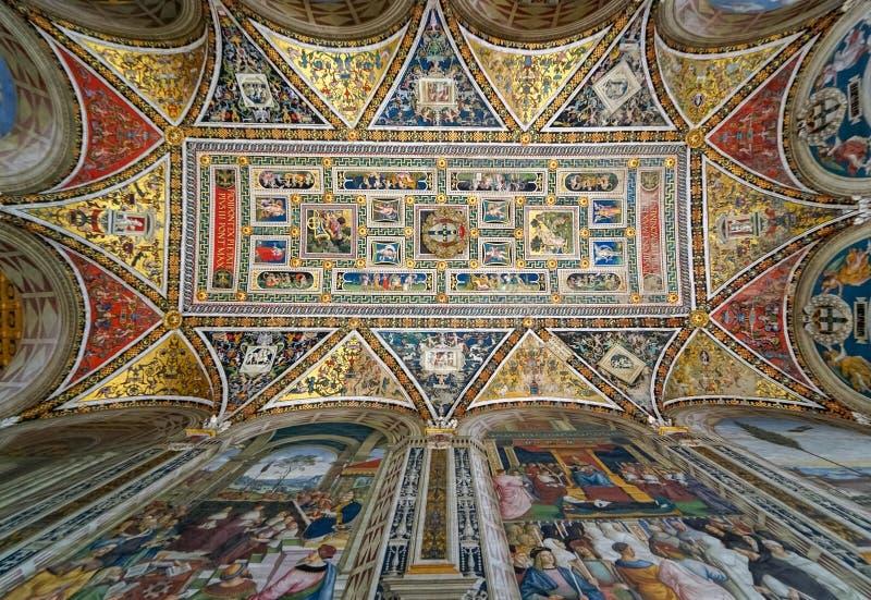 绘在天花板在Piccolomini图书馆里在锡耶纳主教座堂,意大利 库存照片